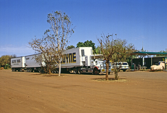 Ein 'road train' am Sandfire Roadhouse
